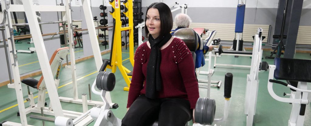jeune femme handicapee en musculation